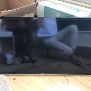 """TCL smart tv 40"""" Købt september 2018. Har en rids i skærmen, men ikke noget der ligges mærke til ved brug.  Kan ikke finde fødderne til det, derfor sælges ophæng med, som kan trækkes ud og drejes."""