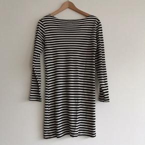 Lækker stribet Mads Nørgaard kjole i str. Onesize. Brugt få gange, og er derfor i rigtig fin stand.   Kan afhentes i Ørestad eller sendes på købers regning.