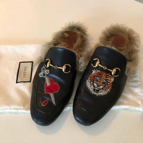 Gucci Princetown Black Tiger & Picered Heart Slippers Udgået og udsolgt. Skoene er af kalvelæder og kaninpels. Sælges uden kasse og kvittering, dog med følger dustbag.