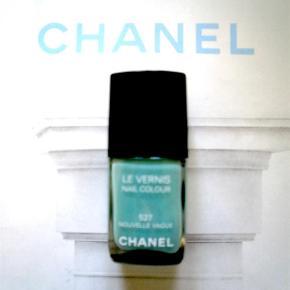 """Varetype: 527 Nouvelle Vague neglelak nailpolish Størrelse: oz Farve: 527  Fin limited edition farve fra Chanel. Kanten går over teksten """"Les vernis"""" så der er stadig meget tilbage. Toplåg medfølger, men æsken medfølger ikke."""