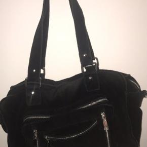 Sælger denne taske da jeg ikke får den brug og helst gerne bare vil af med den. Køber betaler fragt og prisen er ikke fast så man er velkommen til at komme med det bud😉