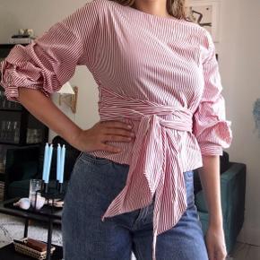 Super fin og populær slå-om skjorte med de fineste puffede ærmer. Kan bindes på forskellige måder, se to af dem på billederne! 🌸