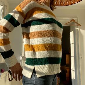 Stribet bluse i farverne brun, grøn, karry, sand. Slids i siden.  Alm størrelse - vises på størrelse 38.  Strik - knit - efterår - striktrøje - striksweater - sweater - fall - striber