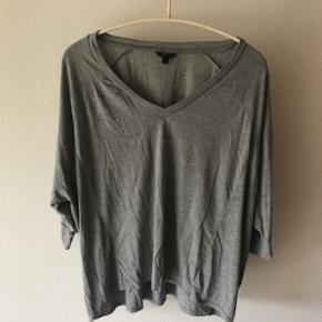 Super basic langærmet grå trøje fra Topshop i str. Large. Den har v-Neck og 3/4 ærmer  Sender gerne - køber betaler fragt  BYD