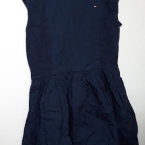 Navy blå sommerkjole.