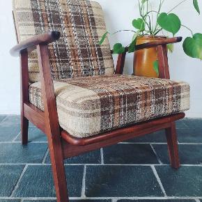 Hamrende flot lænestol i teak 🌱  H/SH: 75/41 cm  B: 64 cm  D: 60 cm   Pris: 1000 DKK  @dit_retro_ på Instagram