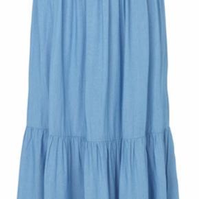 Fin tynd nederdel i lys denim Længe: 96 cm Bredde ved elastik: 36 cm