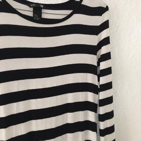 Virkelig lækker stribet sort og hvid basis kjole fra h&m  Ved køb af mere finder vi en samlet pris