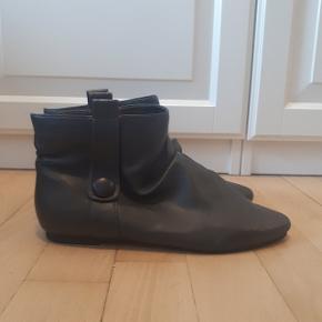 Mørke grå sko fra Carolina Boix i str 38.  Snuden på venstre sko er gået op.   Kan hentes i Roskilde eller sender med DAO mod betaling af fragt.