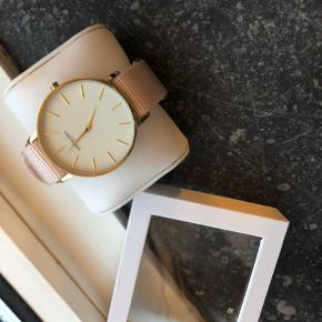 Splinternyt ur, aldrig brugt, har dog pillet plastikken af skiven. Kommer med original indpakning. Sælger da jeg ikke går med ur, derfor ligger det desværre bare i skuffen..  BYD
