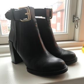 Super fine støvler med ankelrem. Er ikke brugt pga. ankelskade kort efter køb 🤷🏼♀️