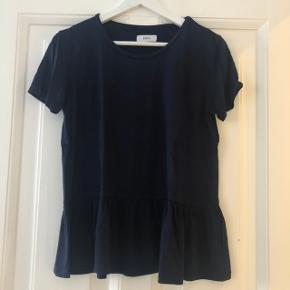 Envii marineblå t-shirt med fald. Str. XS. Nærmest ikke brugt.