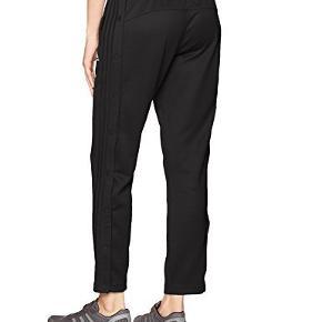 Fede SNAP pants med knapper ned af siden. Kun brugt et par gange. Er normale i størrelsen.  Giv et bud