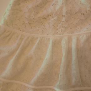 Flot blonde nederdel fra Little Remix.. Den er kun brugt en enkelt gang :-)