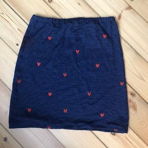 Sød hjemmesyet nederdel lavet af strækstof, jeg har selv sat hjerter på med tekstil maling. Brugt én gang, da det bare har været en prøve.   Passer xs, s og m