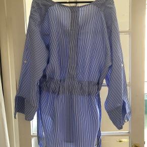 Smuk bluse fra By Malene Birger  Style name: Tavisa Str: 34 - oversize så kan også bruges af 36 og 38.  Materiale: 63% viscose og 37% acetate Ny pris: 1999kr Stand: Aldrig brugt