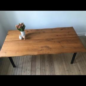 Sælger dette massive naturolieret plankebord af eg med sorte metal bordben - bordet er tre år gammelt, og er i rigtig god stand