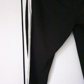 Fede bukser fra Kaffe. Er med elastik i taljen. 95% polyester og 5% elastane. Er pæne og velholdte.  Kig forbi mine andre annoncer og spar penge - også på portoen 😉