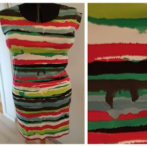 Tunika/kjole fra kiCavi Design str. XL/XXL Model ALTA Syet i viskosejersey Brystmål 102 cm Talje 96 cm Hoftemål 112 cm Længde 88 cm Brugt få gange Pris 100,- pp