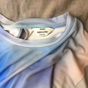 Fineste Mads Nørgaard kjole fra offline kollektionen. Den er blevet brugt en enkelt gang. Ingen tegn på slid eller brug, den er så god som ny! Kan afhentes i indre by eller sendes (køber betaler fragt).