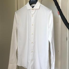 Varetype: Langærmet Størrelse: 39 Farve: Hvid Oprindelig købspris: 1200 kr.  Sælger ud af en masse af mine skjorter.