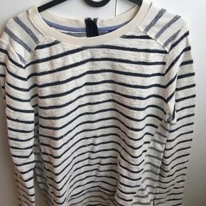 Brystvidden: 100cm  Sweater fra Tommy Hilfiger i beige farver med mørkeblå striber🌸 Brugt🌸  På billederne ses nogle lidt længere tråde, det er købt med bluse og er ikke opstået efter købet. Der er ikke tråde der er gået op eller huller indenunder 🌸  100% bomuld