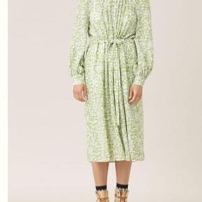 Super flot kjole fra Stine Goya brugt et par gange I butikkerne til 3.400,- Fitter 40-44 Pp og ts BYTTER IKKE