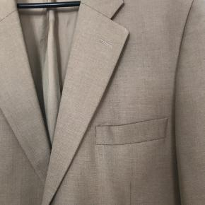 Super flot blazer jakke. Brugt et par gang.  Den er lavet af 25% hør, 25% uld og 50% polyester.  Nypris ca 1800kr   Fra ikke rygerhjem.