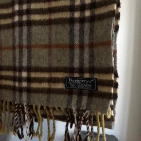 Burberrys 100% cashmere scarf til salg. Vintage men ægte. Jeg har 100+ reference.  Str: 130 x 30 cm  Condition: god men brugt, ingen flaws.  Pris: 300 dkk
