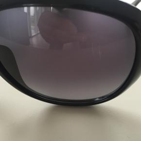 GUCCI - SOLBRILLER STYLE GG 3621/F/S D28HD God med brugt fordi de er afskallet under næserundingen og en lille rids i højre glas og prisen er sat derefter. Se billeder.  Etui medfølger.  Bytter ikke