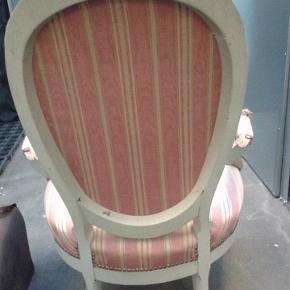 Det er en gammel stol med lyserødt og guld betræk. Stolen er gået piget og perfekt til et hvert prinsesse værelse. Stoffet har nogle små plamager og man skal nok være lidt forsigtig med  stolens ben da det er en gammel stol.