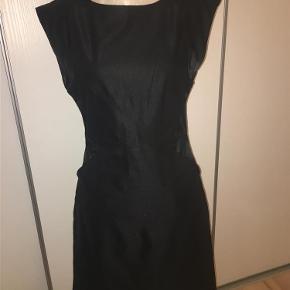 Varetype: Flot klassisk kjole fra St-Martins Farve: Sort Oprindelig købspris: 599 kr.  Flot klassisk kjole fra St-Martins med lommer foran.