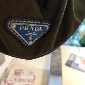 Tydelig brugstegn. Har stadig den originale Prada lås og nøglerne medfølger.