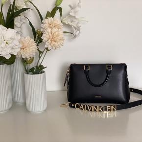 Sælger min Calvin Klein taske, da jeg ikke får den brugt længere. Der medfølger certifikat. Kan sendes eller afhentes i Hellerup.  Der er en lille brugstegn i remmen (se billede 3)