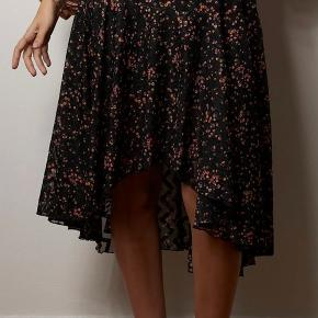 Smuk nederdel fra Lollys Laundry i str. x-small. Der er elastik i taljen, så den passer både en x-small, small og medium.  Nyprisen er kr. 900,-