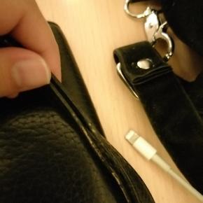 Sælger min decadent pung. Den fremstår meget flot. Dog er der på remmen lidt slid. Byd