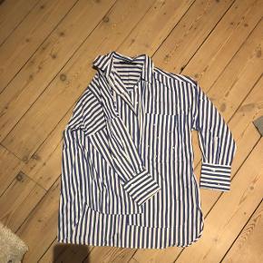 Blåstribet skjorte med perler fra Zara Kan hentes i Horsens