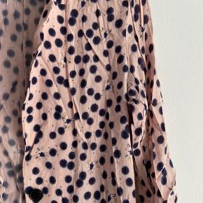 Fin blazer/skjorte fra h&m i let blomster print, den har fået en let lyserød farve under vask, men den er stadig super fin :)