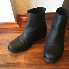 Sorte støvler i str. 37 fra Bianco. Let brugte, fejler ingenting og står stadig skarpt.