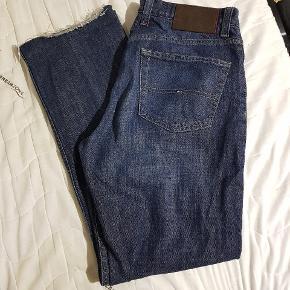 Mørke Vintage  Straight Tommy Hilfiger jeans i størrelse w 32 l 34. Kan mødes i Århus eller  hadsten eller den kan sendes på købers regning for 40kr.