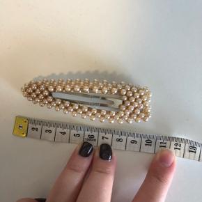 Hårspænder med perler. Er aldrig brugt. Måler 10 cm. 25kr pr. styk eller 40kr for begge