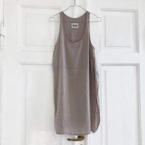 ACNE kjole   Str. 36 NP: 1800kr  Der er 2 små pletter som kan ses på billedet ovenfor, som kan fjernes ved at tage den til rens. Derfor sælges kjolen så billigt.