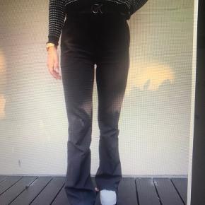 Jeg sælger disse bukser i kort lægde, jeg er 1,67 og de passer perfekt, dog er de for små i livet til mig. Jeg sælger også i beige -  Begge par for 300