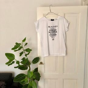 SAND t-shirt m. skrift på i hvid str. M. Materiale: 100% bomuld 🦢  Byd gerne kan enten sendes på købers regning eller afhentes i Aarhus C 📮✉️