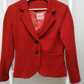 Flot og varm jakke/blazer i kraftig uldkvalitet. Lille i størrelsen. Brugt meget lidt.