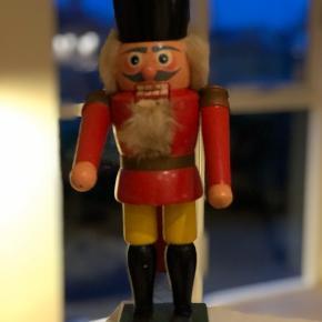 #nutcracker #enafdegamledrenge #nøddeknækker#vintage #indretningsinspiration #julepynt  En af de helt gamle og store nøddeknækker med en skøn patina. Så fin.  Højde 32cm