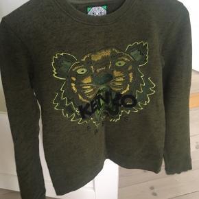 Super lækker Kenzo Jungle sweatshirt i grøn. Nypris var 1200kr, og den er blevet holdt utrolig godt. Sælges kun da jeg ikke bruger den. Det er en M i USA str, men svarer til en XS/S (er selv en XS).