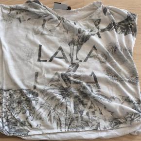 Varetype: T-Shirt Farve: Hvid og grå Oprindelig købspris: 299 kr. Prisen angivet er inklusiv forsendelse.  Via mobilepay - sendes med DAO. Se også mine andre annoncer i samme størrelser :o)