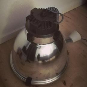 Stor støversuger lampe. Giver god belysning over spisebordet. Den har aldrig været hængt op. Ny pris 3500 kr.