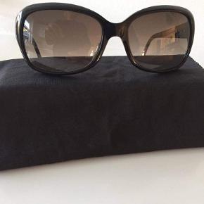 Stort set aldrig brugt - sælges da jeg kort tid efter købet, fandt ud af at jeg skulle have briller og derved også styrke i mine solbriller   Stængerne er korrigeret til mig, men kan sagtens ændres hos en optiker